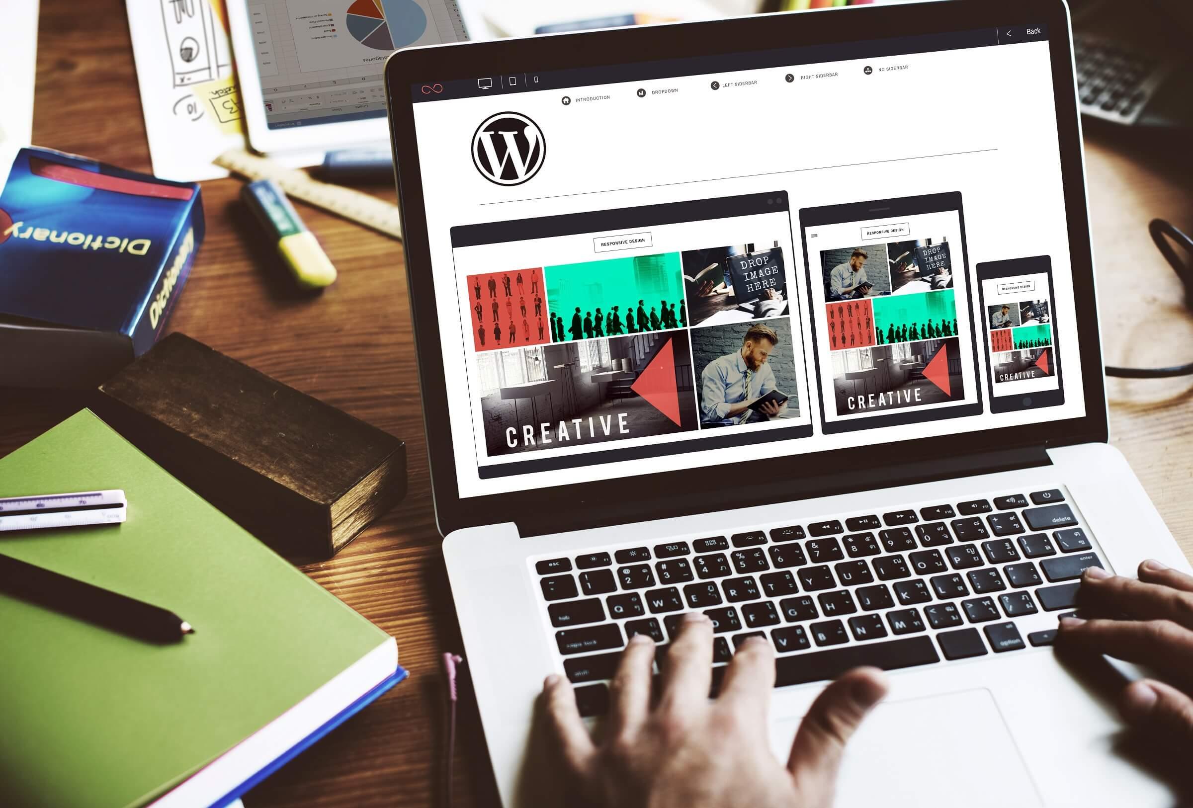 man designing a wordpress site σεμινάρια wordpress woocommerce