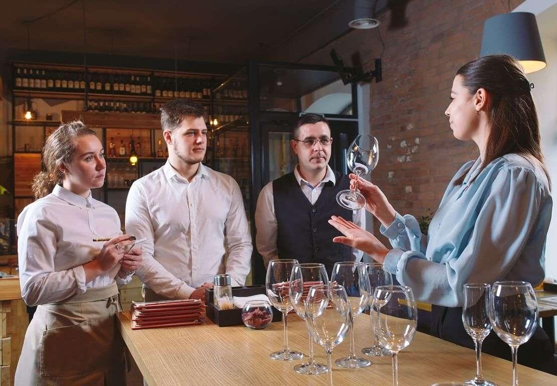 restaurant-staff-learns-distinguish-glasses